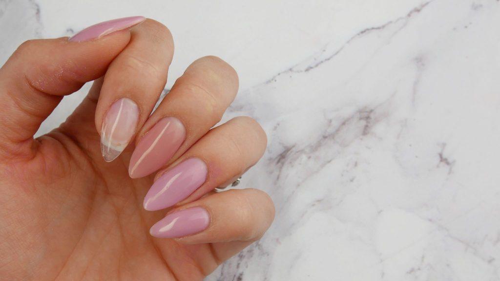 jak-przedluzac-hybryda-na-szablonie-paznokcie-baza-budujaca-Victoria-vynn-mega-base-beige-pink-Lakierowniczka