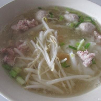 тайский суп с лапшой и соевыми ротками