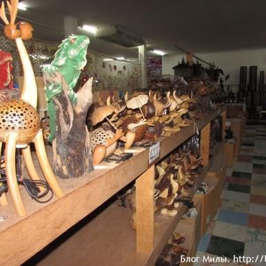 Есть целый отдел для индусов с расписанной посудой и статуэтками.