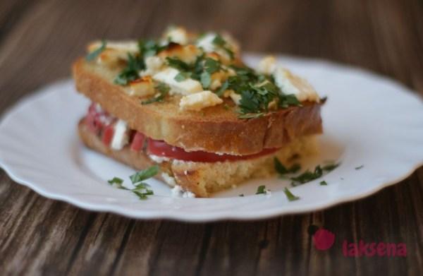 Хлебная запеканка с помидорами и сыром