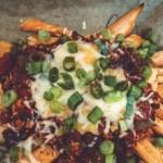 Vegetarische Chili Cheese Sweet Potato Fries mit Frühlingszwiebeln