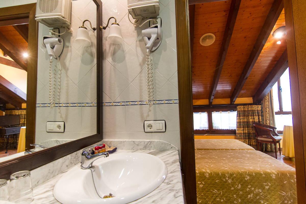 Baños habitación la llobera
