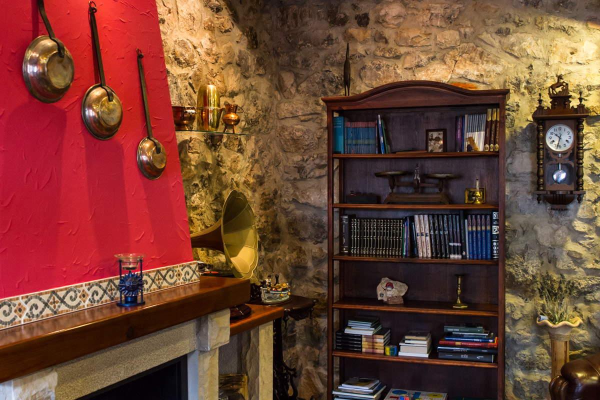 Biblioteca y salón con chimenea