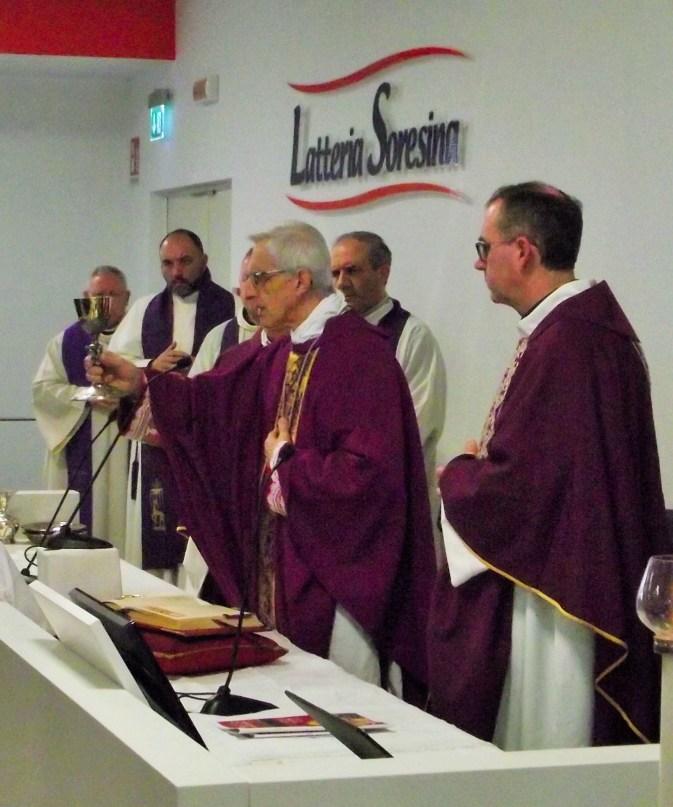messa in latteria con il vescovo 19-12-2015 (79)