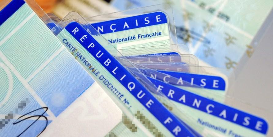 Photo prise le 25 février 2010 à Limoges de cartes d'identité nationales avant d'être vérifiées afin de déceler d'éventuels défauts au centre d'établissement de la carte d'identité française de Limoges, dépendant du Ministère de l'Intérieur. AFP PHOTO JEAN-PIERRE MULLER