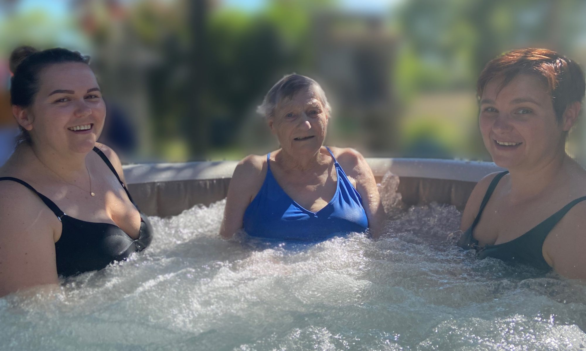 Ma soeur et moi avec notre grand-mère de 88 ans dans les bulles en effervescence d'un SPA.