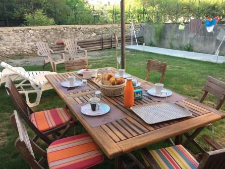 Le petit dejeuner dans le jardin