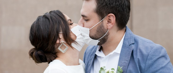 pareja besandose en su matrimonio en tiempos de coronavirus