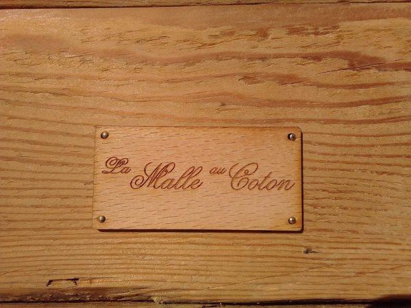 Malle bombée « Calvi » Corse restaurée. Traitée, cirée, sur roulettes Vendue avec sa clef. Détail de la plaquette intérieure en bois gravé.