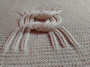 Couverture bébé coton bio. Motif double nœud. Confection artisanale, fait main, pièce unique, création originale La Malle au Coton