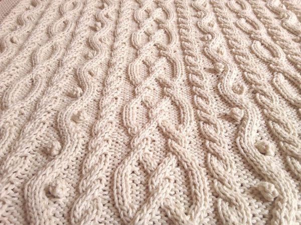 Couverture irlandaise pour lit bébé 100% coton bio tricoté main. Pièce unique, création originale La Malle au Coton S5