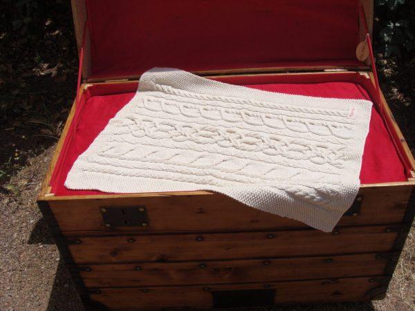 Malle ancienne. Couverture bébé tricot irlandais, fait main, 100% coton bio naturel. Pièce unique, création originale La Malle au Coton.