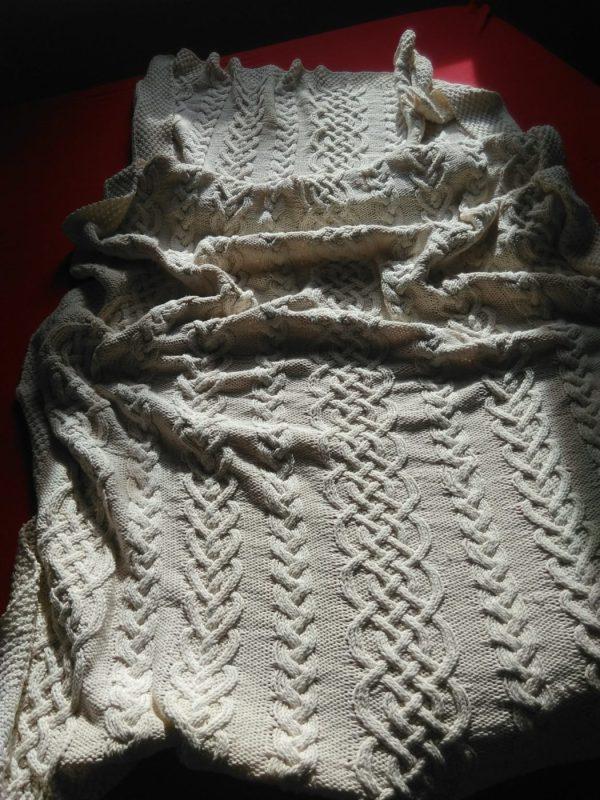 Plaid irlandais écru, 100% coton recyclé, tricoté main. Pièce unique. Création originale La Malle au Coton. A7