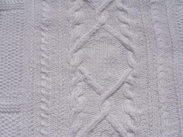 Plaid tricoté main 100% coton passé à la flamme. Pièce unique, création originale La Malle au Coton. Détail des motifs
