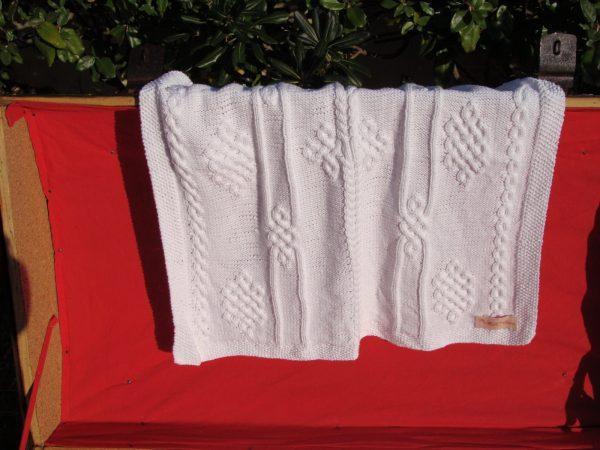 Couverture bébé 100% coton présentée sur une malle ancienne. Création originale : La malle au Coton -W4
