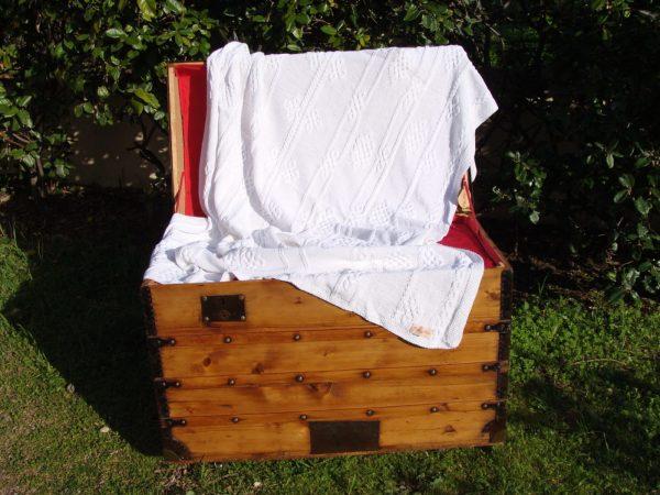 Malle corse ancienne restaurée. Plaid aux motifs viking, 100% coton, blanc, tricoté main. Pièce unique. La Malle au Coton. U6