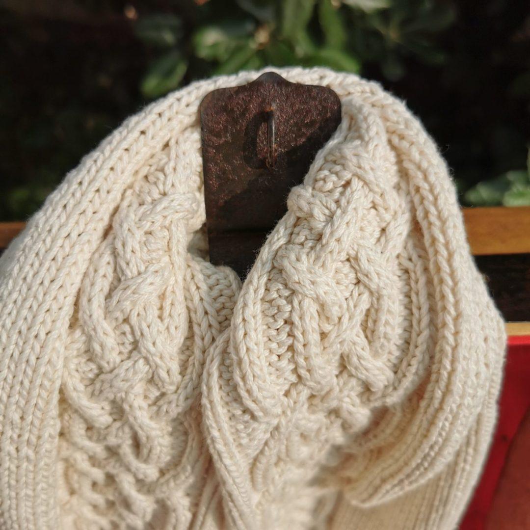 Echarpe irlandaise coton bio sur un auberon de malle ancienne