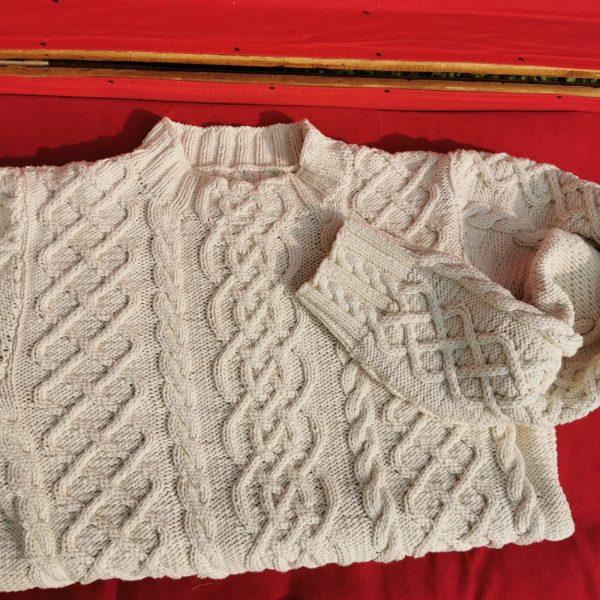 Détail du col et des poignets du pull irlandais en coton bio.