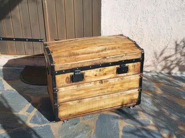 Malle bombée ancienne corse, restaurée avec panier intérieur. La Malle au Coton