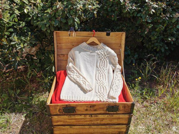 Pull irlandais asymétrique tricoté à la main à partir d'un fil de coton biologique.