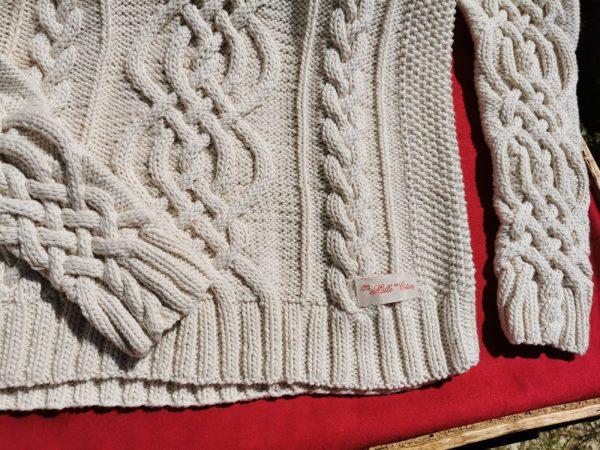 Pull irlandais tricoté main en coton bio, torsade ronde et emmanchures droites