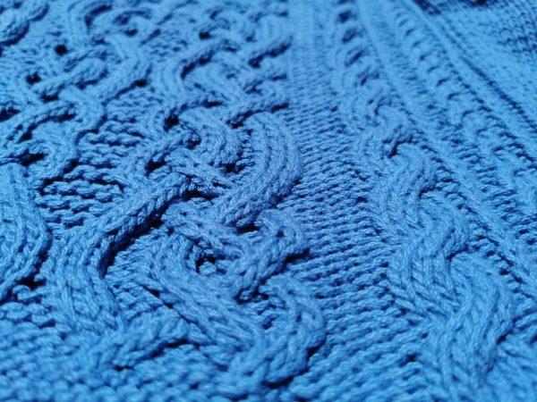 Pull femme entrelacs détail du tricot irlandais