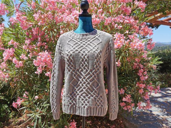 Pull d'Aran en coton bio argile sur mannequin femme