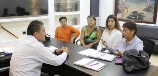 Concejal Rural del cantón recibiendo diferentes comisiones en el despacho de la alcaldía
