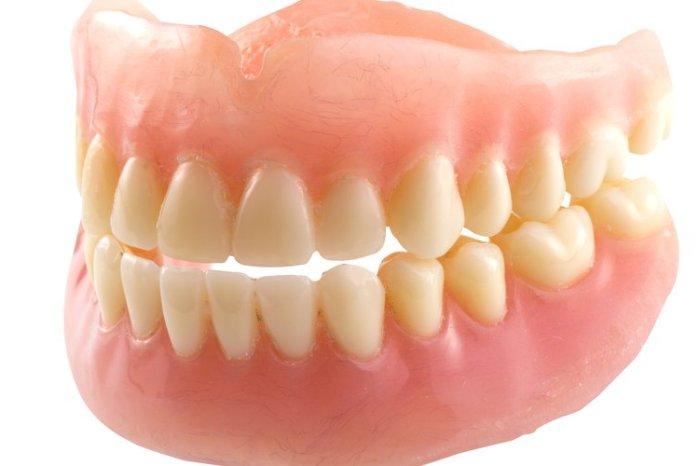 Un medico de Socuéllamos le implanta a un paciente una dentadura postiza en el culo para aliviar sus deposiciones