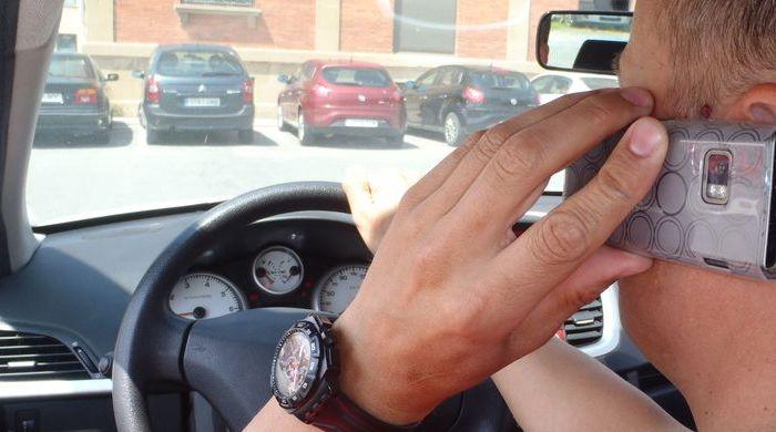 Un policía local de un pueblo de Cuenca multa a su compañero por hablar por el móvil mientras conducía el coche patrulla