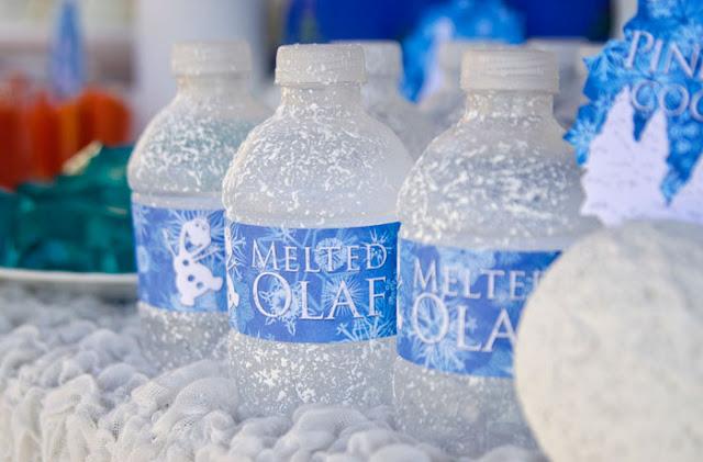 Sorprenden a unos empleado de un supermercado rellenado botellas con nieve para venderlas luego como agua mineral