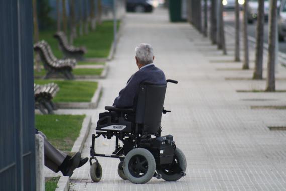 Denuncian a un chico de Albacete por dejar a su abuelo, que va en silla de ruedas, en el parking de las bicis