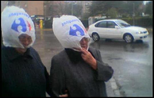 Un conocido supermercado pone a la venta sus nuevas bolsas para la cabeza de las señoras que se les ha olvidado el paraguas al salir