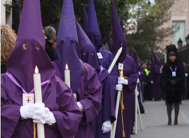 La policía podría detener a los capuchinos que acerquen las velas a los espectadores de las procesiones