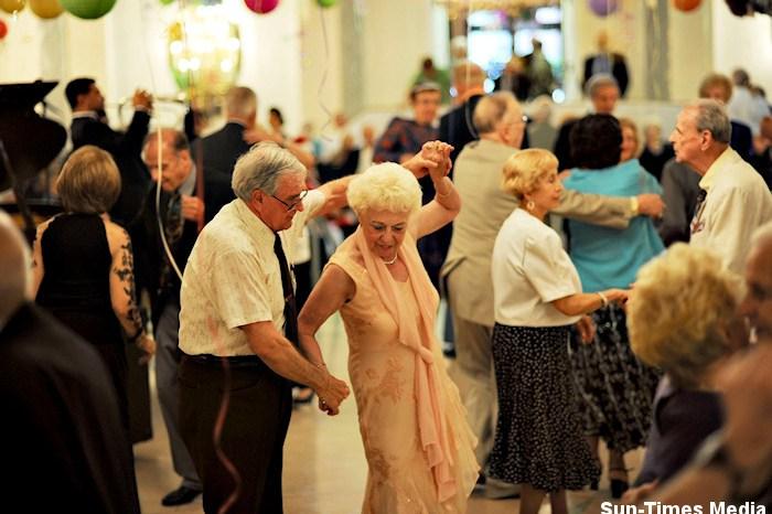 Ingresan a 25 ancianos con roturas de cadera después de bailar Paquito el Chocolatero en la carpa del jubilado de la Feria de Albacete