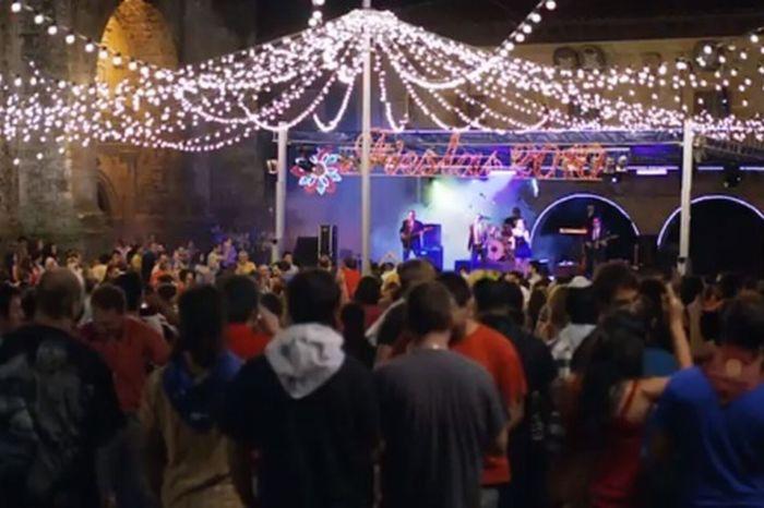 El alcalde de Villar de Cañas pide declarar bien cultural a un solterón que baila descamisado todos los años en la verbena de las fiestas