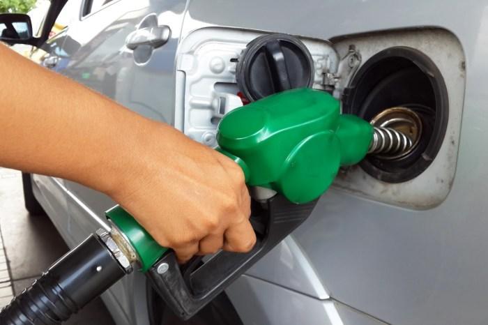 Un conductor de Tomelloso se olvida de colgar la manguera tras repostar y arrastra una gasolinera hasta Argamasilla de Alba
