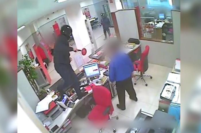 Atracan un banco en Villarrobledo amenazando con hacer estornudar a un chico que habían secuestrado