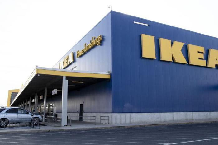 El dueño de un local de luces de El Provencio va a un IKEA de Madrid con 5 chicas para probar las camas que iba a comprar