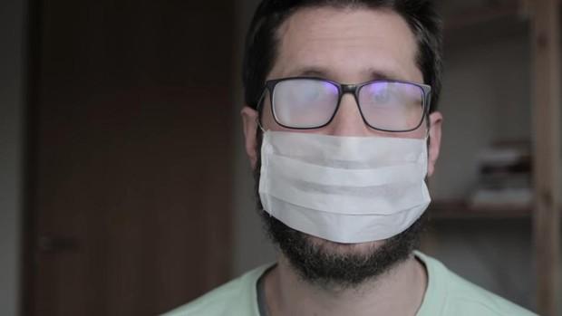"""Un listo que sabe de tó de Villarrobledo tranquiliza a los que llevan gafas """"No se os empañan las gafas es niebla"""""""