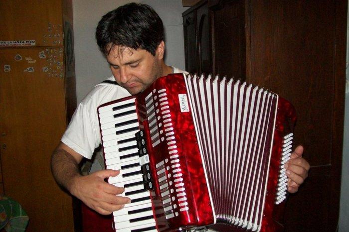 Un señor de El Provencio toca el acordeón en su casa y cuando sale a ver el buzón se encuentra 120€ de propinas