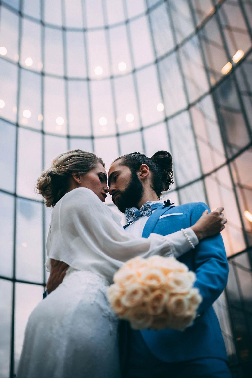 3_4_chic_urbain_couple_4_looks_sidneyonthemoon_photographe_chrisvonmartial_robe_mariee_costume_paris_wedding_web.jpg