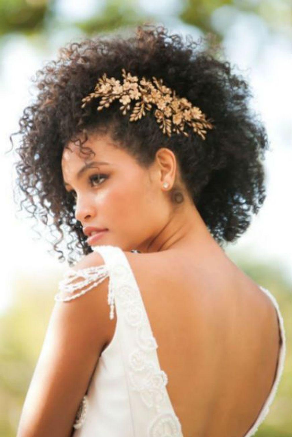 Coiffure-de-mariage-cheveux-frises-et-bijou