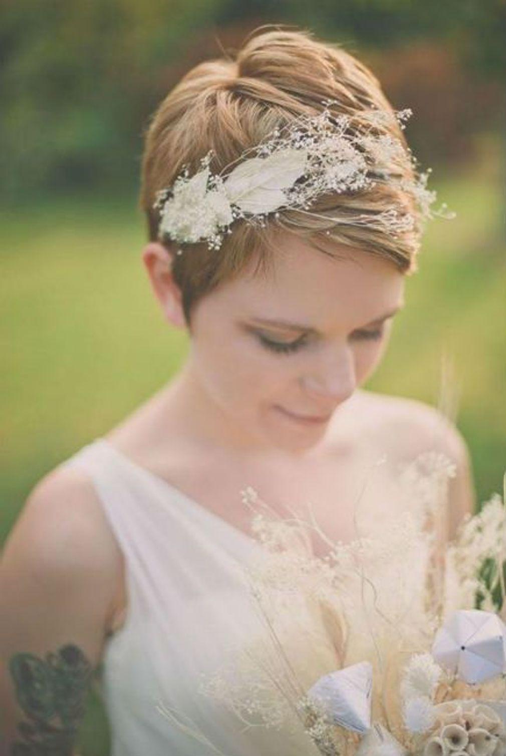 Coiffure-de-mariage-cheveux-tres-courts-avec-serre-tete-fleuri