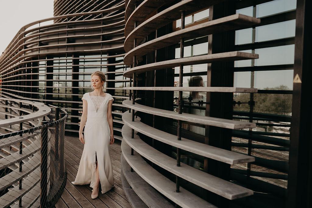 rooftop_52_robe_mariée_longue_chic_photo_inspiration_coiffure_crêpe_de_soie_broderie_créateur_lyon_rhône_alpes.jpg