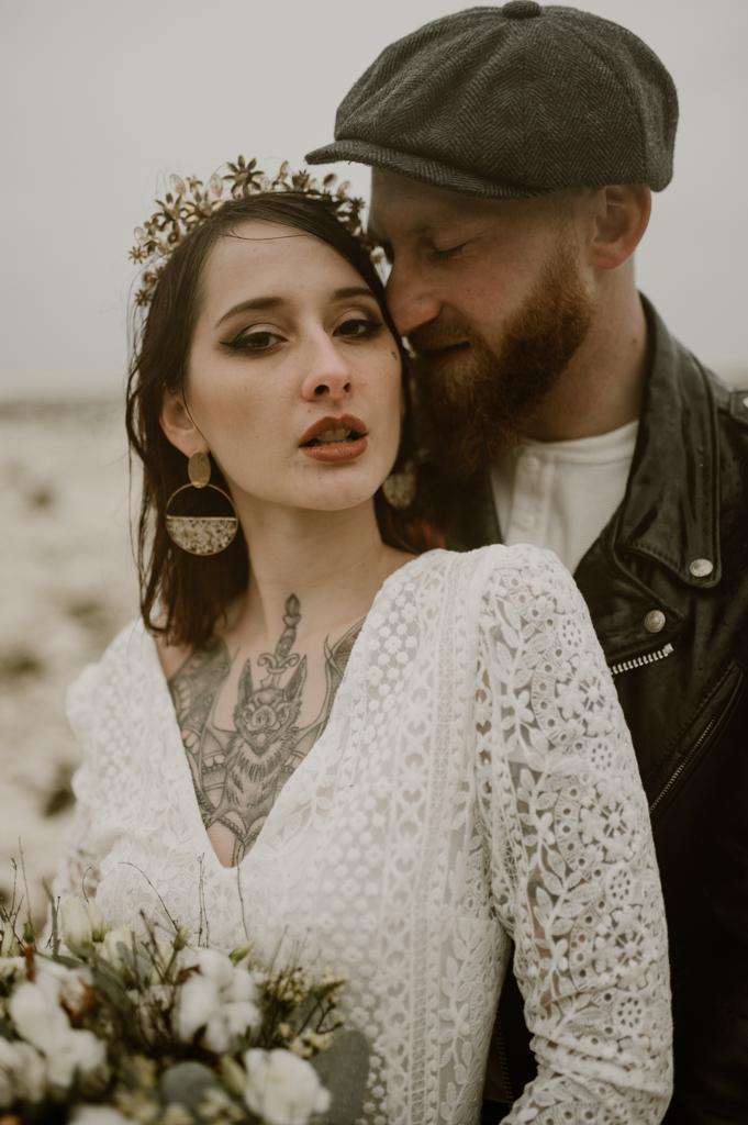 Mariage alternatif avec une mariée tatouée aux cheveux rouges