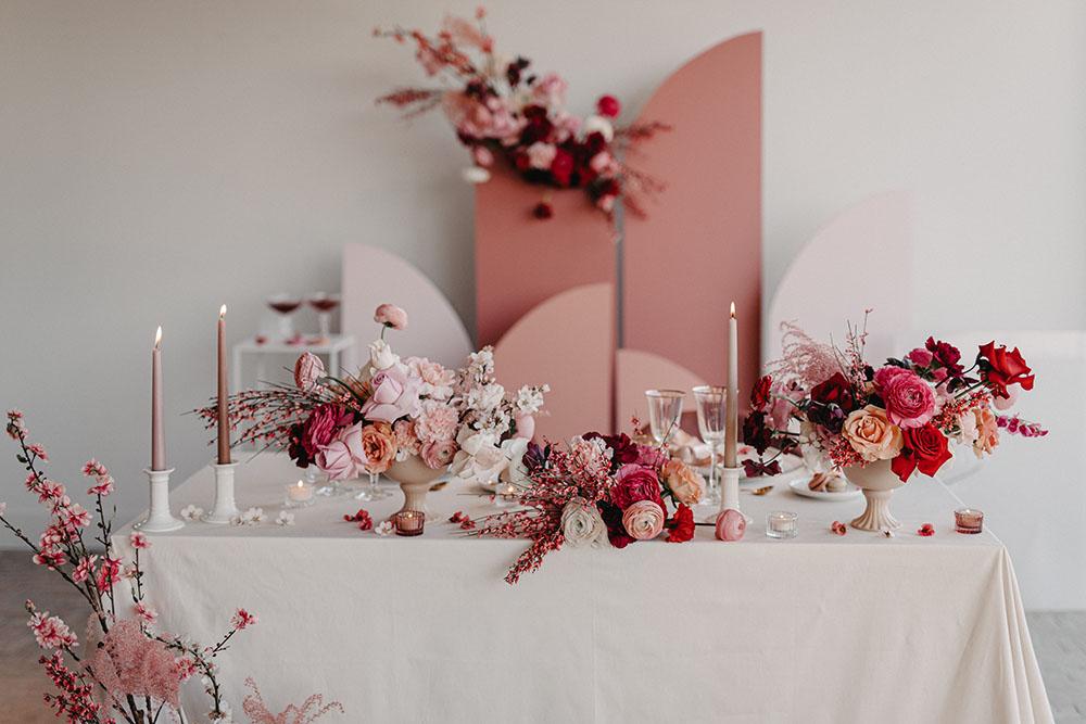 Table de mariage chic rose, rouge et blanc