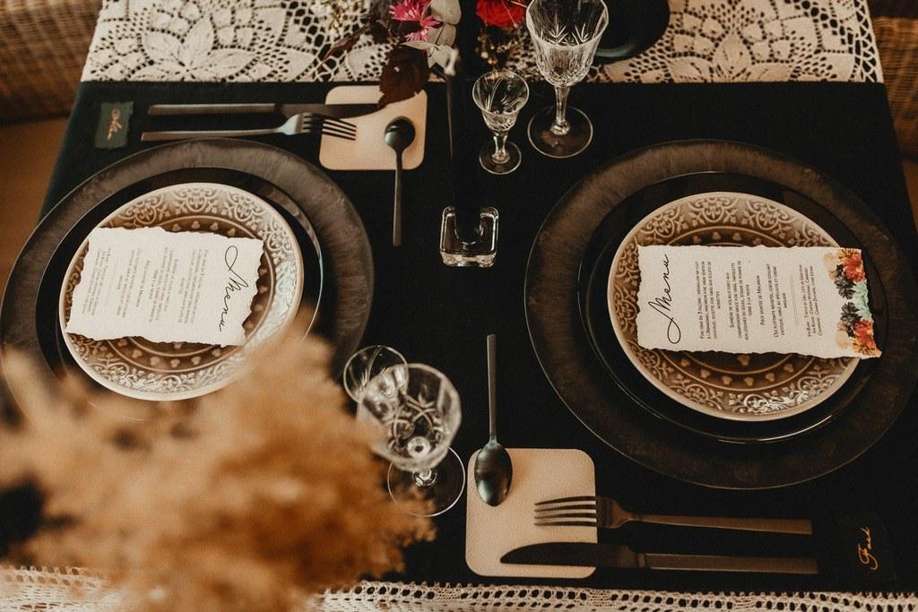 Table de mariage noire, doré et fleurs