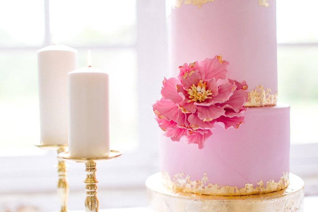 gâteau de mariage rose et blanc