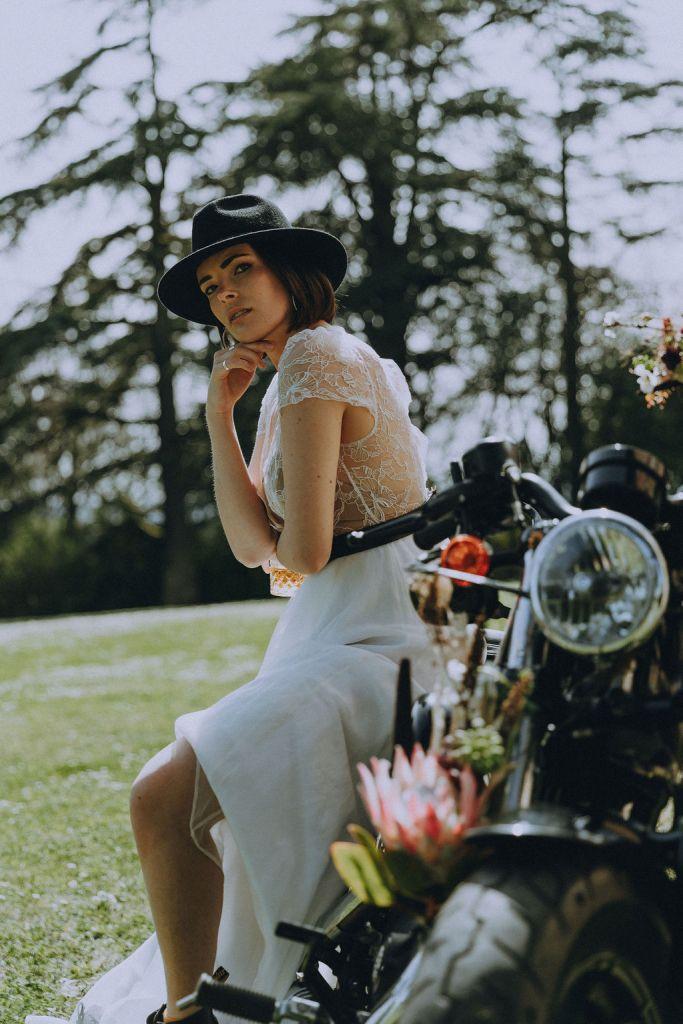 Mariée à moto et chapeau